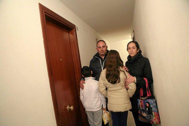 José Salas y Ana María Pérez, junto a sus hijos, ante la puerta de...