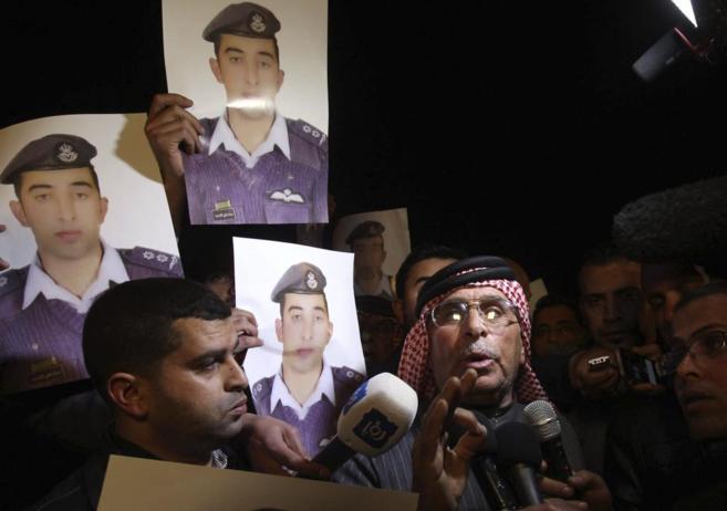 Safi Yousef (derecha), padre del piloto jordano capturado por el...