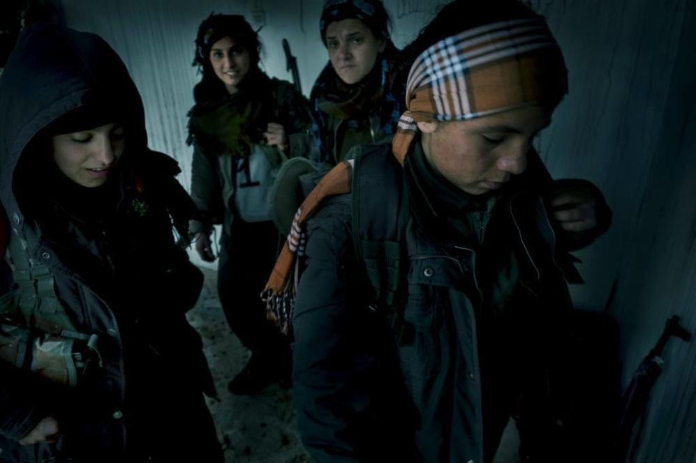 Guerrilleras kurdas entran en el cuartel de Kani Kurdan (Kobane), tras...