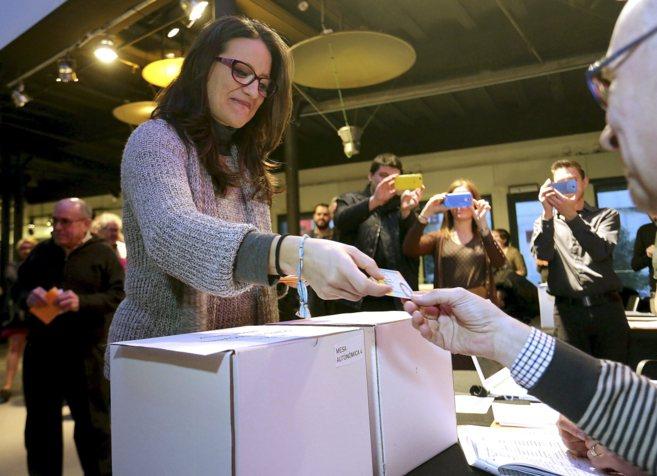 La diputada Mònica Oltra, el sábado, vota en las primarias de...