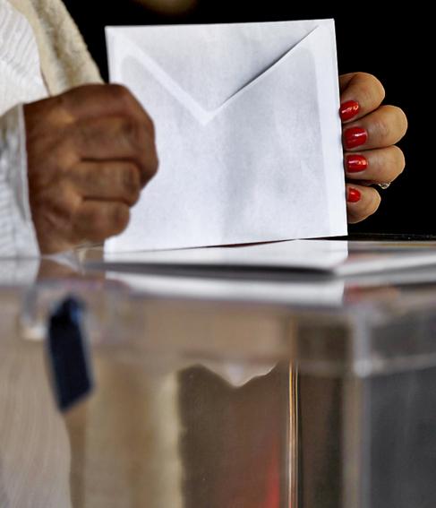 Una mujer deposita su voto en las elecciones europeas de 2014.
