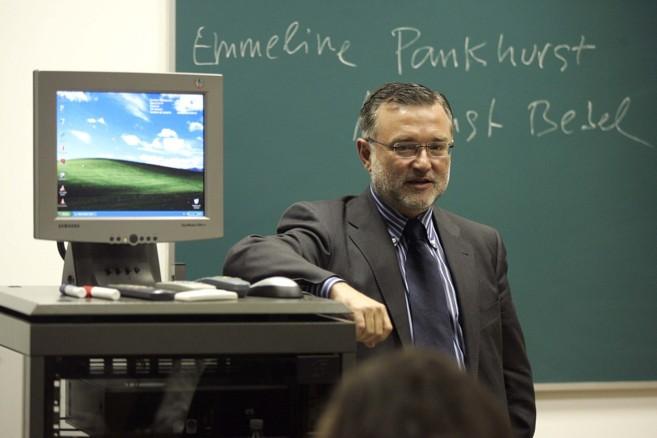 El periodista John Müller durante una clase.