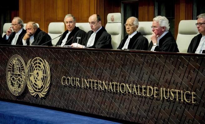 El juez Peter Tomka (c) anuncia el veredicto sobre la acusación de...
