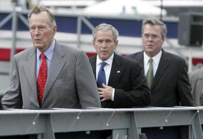 De izda. a dcha., Georg H. W. Bush, George W. Bush y Jeb Bush, en...