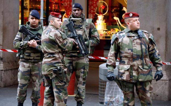 Varios militares enfrente del edificio en donde ha tenido lugar el...