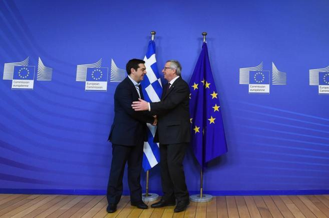 El primer ministro griego, Alexis Tsipras, saluda al presidente de la...