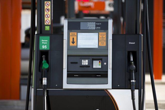 Surtidor de una gasolinera de bajo coste en el que es obligatorio el...