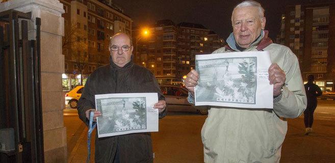 Ángel N., a la derecha, en el Parque Santander junto a su amigo...