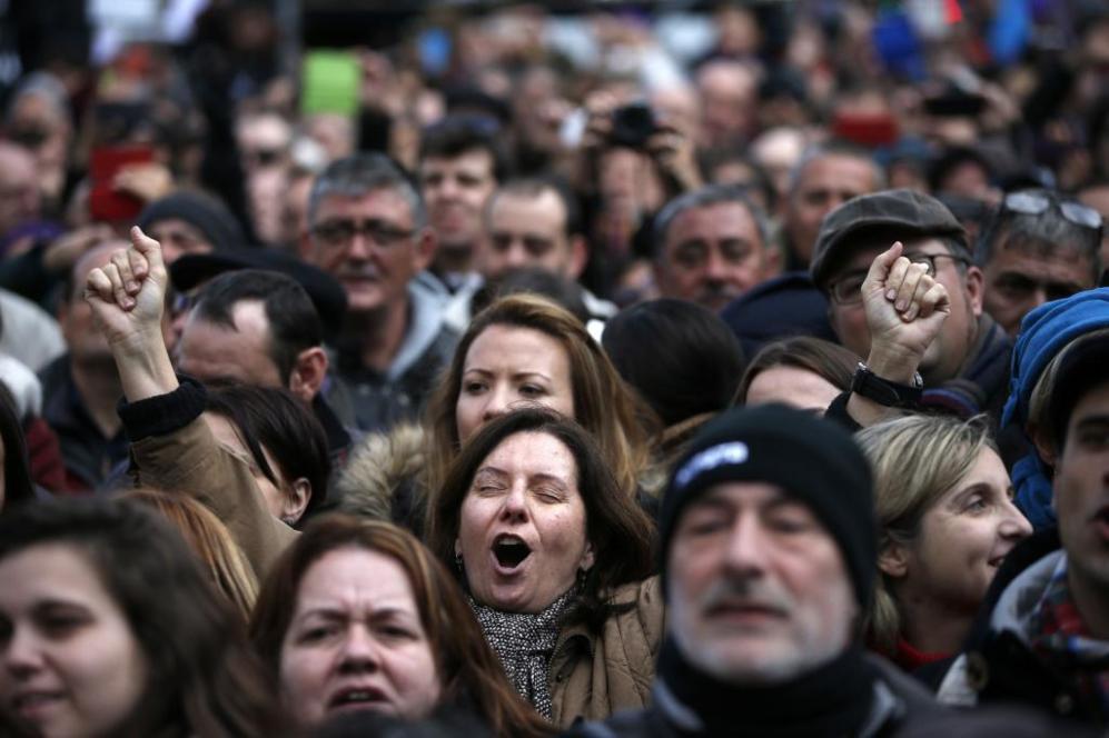 Manifestantes gritan proclamas por el cambio en la marcha convocada...