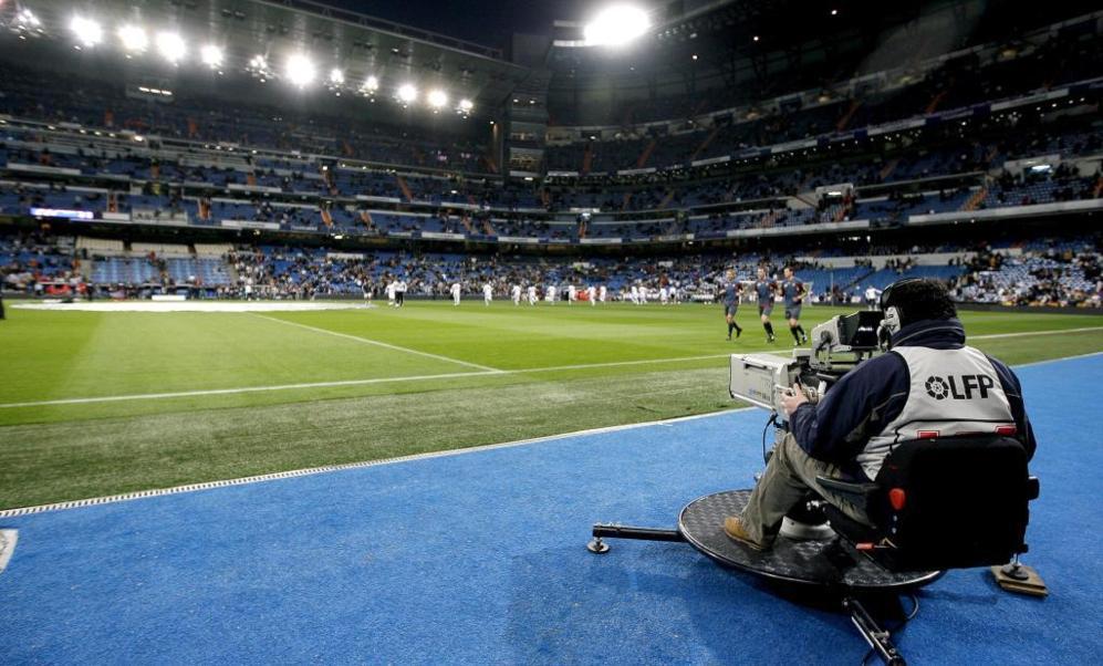 Cámara de televisión, durante un partido de la Liga española.