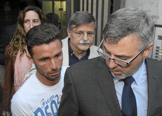Rubén Castro sale del juzgado acompañado de sus abogados.