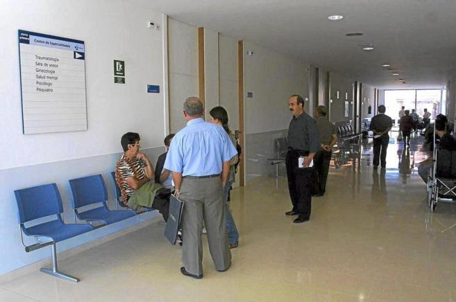 Varios pacientes esperan para ser atendidos en un centro de salud.