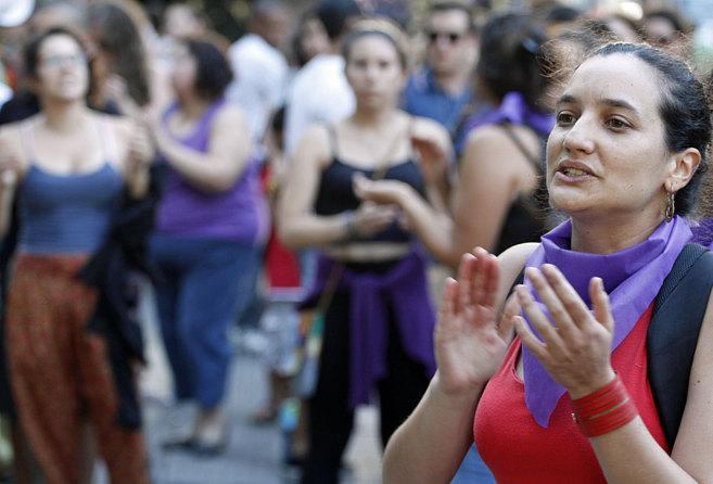 Una mujer participa en la concentración del Colectivo Feministas en...