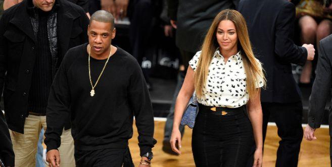 Jay-Z y Beyoncé en un partido de baloncesto