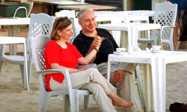 El primer ministro de Israel Benjamín Netanyahu, dando la mano a su...