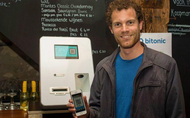 Un usuario paga con 'bitcoin' en el Café Den Koopman de...