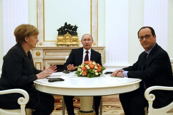 Vladimir Putin, entre la canciller Merkel y el presidente francés,...