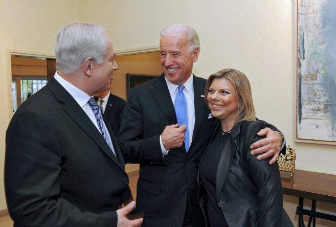 El primer ministro de Israel y su esposa con el vicepresidente de EEUU...