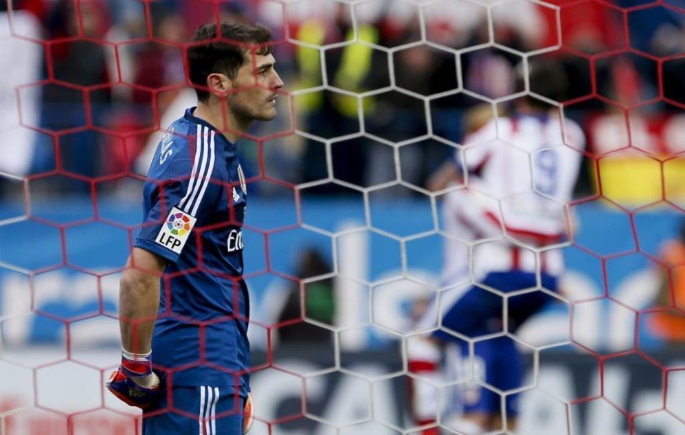 Iker Casillas, con la mirada perdida tras el tercer gol del Atlético.