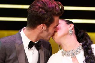 Rossy de Palma aprovecha para besar a Jon Kortajerena.