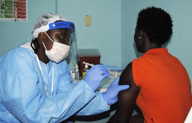 Una mujer recibe una vacuna contra el ébola en Monrovia durante un...