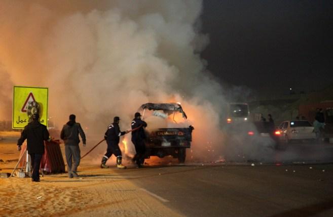 Un coche incendiado en los disturbios fuera del estadio.