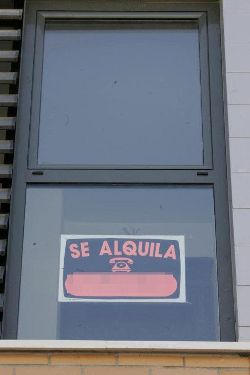 Imagen de un cartel que anuncia el alquiler de una propiedad.