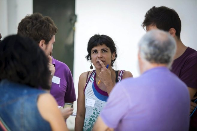 Teresa Rodríguez habla con simpatizantes de Podemos, en un encuentro...
