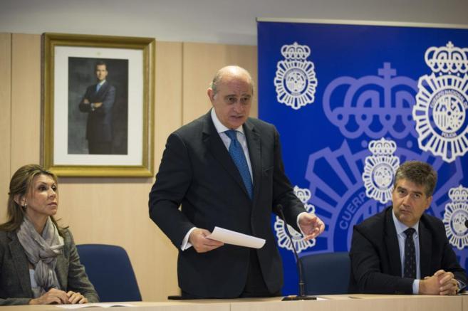 El ministro del interior Jorge Fernández Díaz (c), acompañado de la...