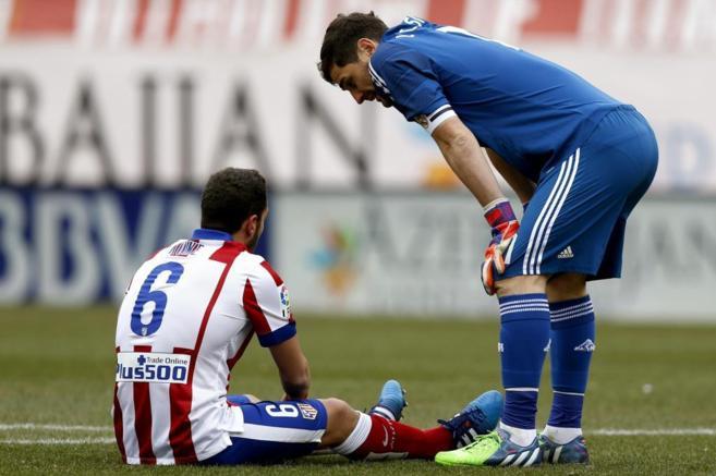 Koke habla con Casillas, durante el derbi, tras producirse la lesión...