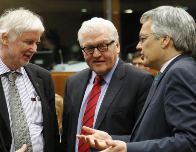 De izda. a dcha., los ministros de Exteriores finlandés, alemán y...