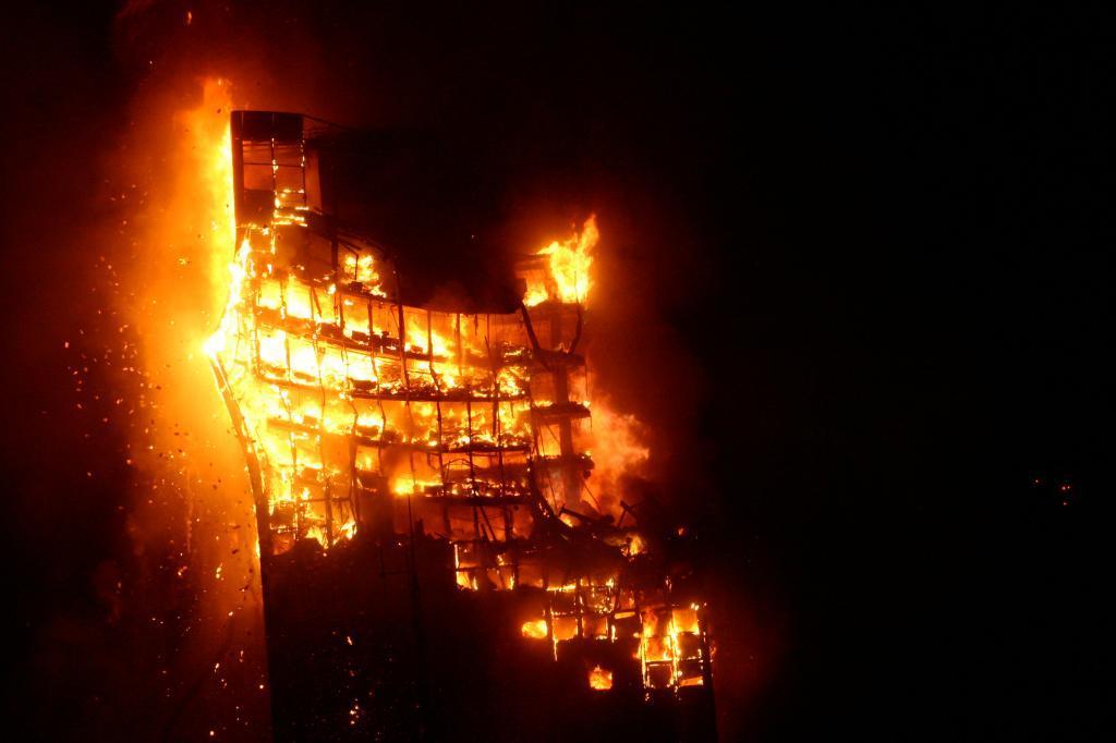 Uno de los momentos del voraz incendio que destruyó el Windsor, el 12...