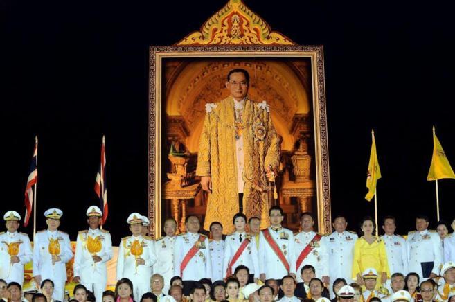 Un inmenso cuadro del rey Bhumibol de Tailandia, en una ceremonia de...