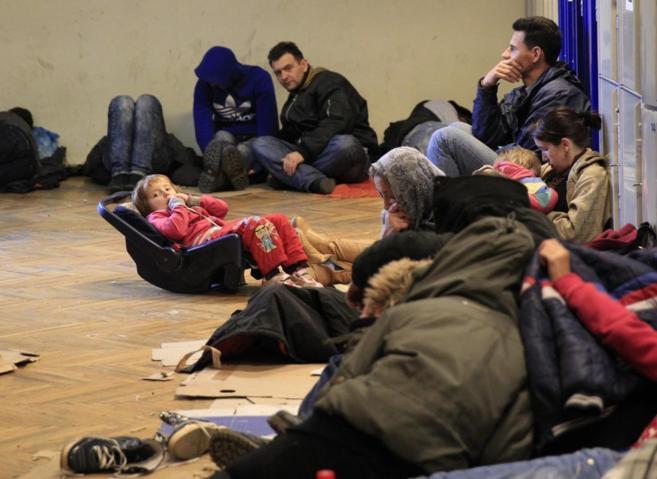 Kosovares aguardan en Keleti, la estación de tren de Budapest, luego...