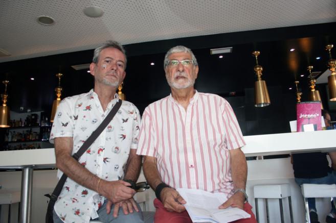 Ricardo y Luis de Frutos posan con la denuncia que presentaron.