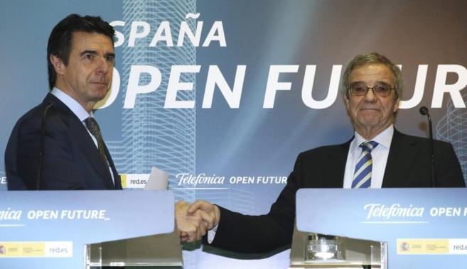 El ministro de Industria, José Manuel Soria (izquierda) y el...