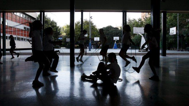 Niños jugando en el patio de un colegio concertado de Valencia.
