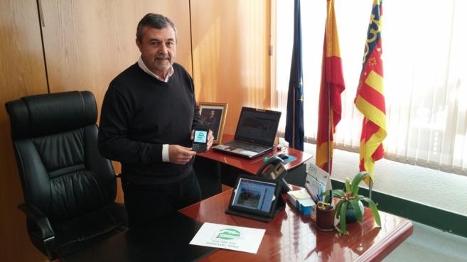 El alcalde de Petrer, Pascual Díaz, muestra su teléfono con el...