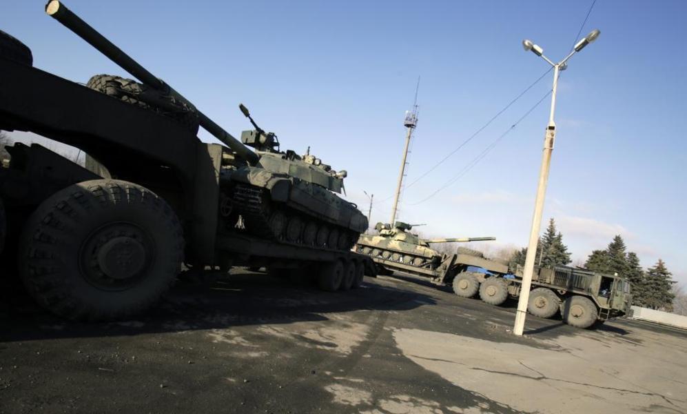 Fuerzas ucranianas en blindados cruzan de Artemivsk hacia Debaltsevo.