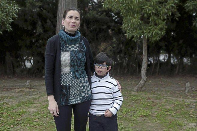 Carmen Moreno y su hijo Raúl, de 7 años, que tiene síndrome de...