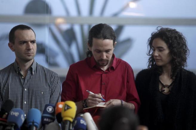 Pablo Iglesias toma algunas notas en una rueda de prensa junto a Luis...