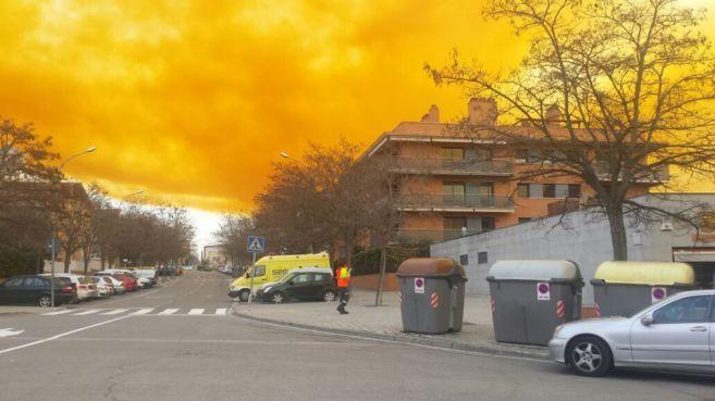 La nube tóxica es visible desde localidades en toda la comarca de...