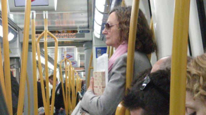 La madre de la Princesa de Asturias en el Metro de Madrid, carpeta en...