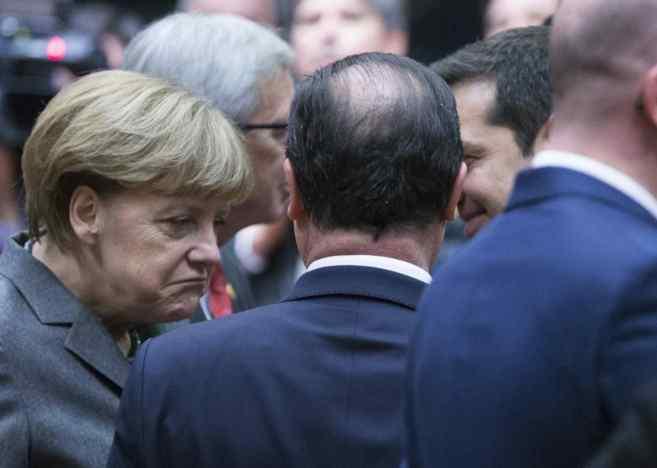 Angela Merkel habla con Holande (de espaldas) y Alexis Tsipras este...