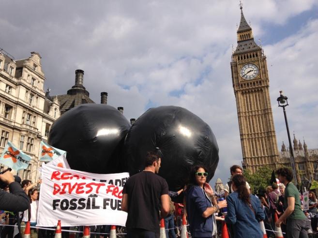 Manifestantes bajo el Big Ben de Londres.