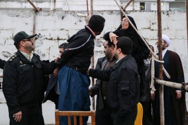 La madre de Abdulá Hosseinzadeh, un joven iraní apuñalado en una...