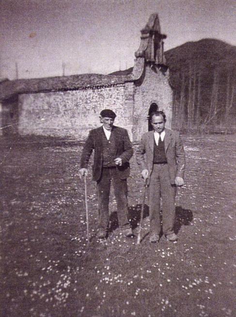 Dos vecinos de Vegamián frente a la Ermita de San Antonio antes de...