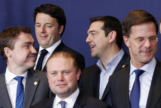 Alexis Tsipras bromea con su homólogo italiano, Matteo Renzi.
