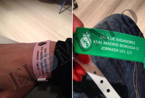 dfbae65cd04b Garrido muestra las pulseras para acceder a la zona de jugadores del  Santiago Bernabéu
