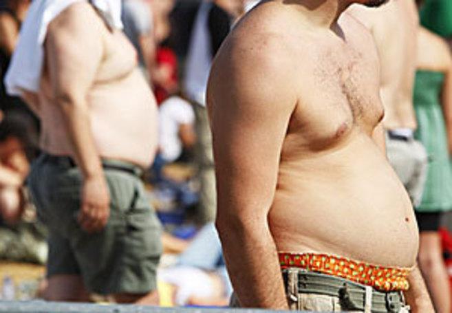Dos hombres con problemas de sobrepeso.